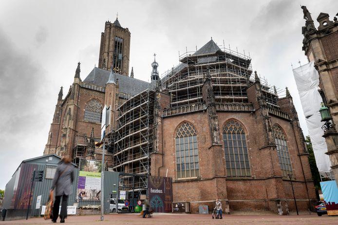De Oostzijde van de Arnhemse Eusebiuskerk staat nog steeds in de steigers.