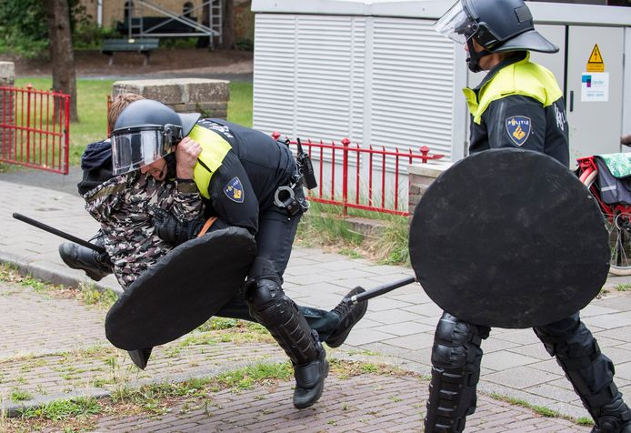 Een aanhouding op de Generaal Foulkesweg in Wageningen bij de ongeregeldheden in de stad na het beëindigen van een demonstratie tegen coronamaatregelen.