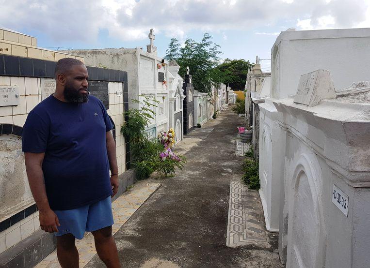 Willia Wartaal bij het graf van zijn voorouders op Curacao. Beeld NTR