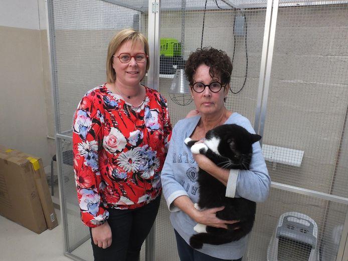 Raadslid Sabine Vermeulen en Patricia Rotsaert bij een van de opgevangen katten.