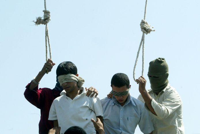 """In Iran worden mannen in het openbaar opgehangen nadat ze veroordeeld werden voor """"homoseksuele misdrijven""""."""