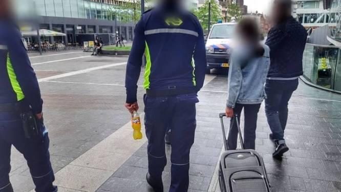 """Syrisch meisje (11) moederziel alleen op Nederlands station: """"Dit raakt je in je hart"""""""
