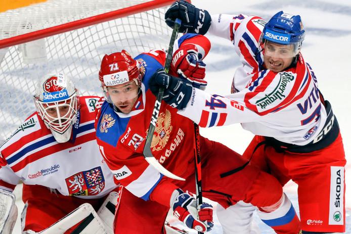 De Russische ster Ilja Kovaltsjoek  probeert zich te weren tegen twee Tsjechische tegenstanders.