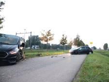 Busje verliest compleet wiel door klap bij aanrijding in Geldermalsen