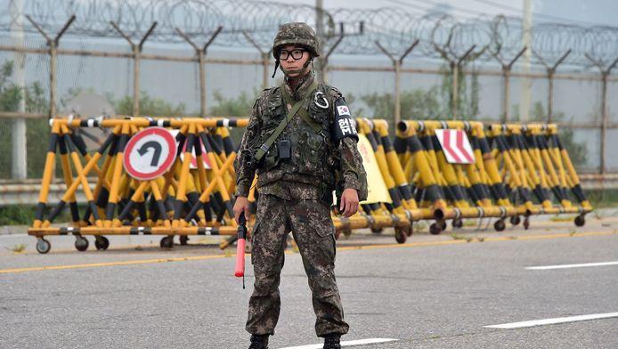 Een Zuid-Koreaanse soldaat bij de grens met Noord-Korea