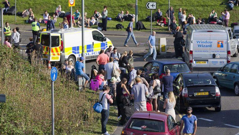 Geëvacueerde reizigers aan de luchthaven London Luton vanmiddag. Beeld AFP