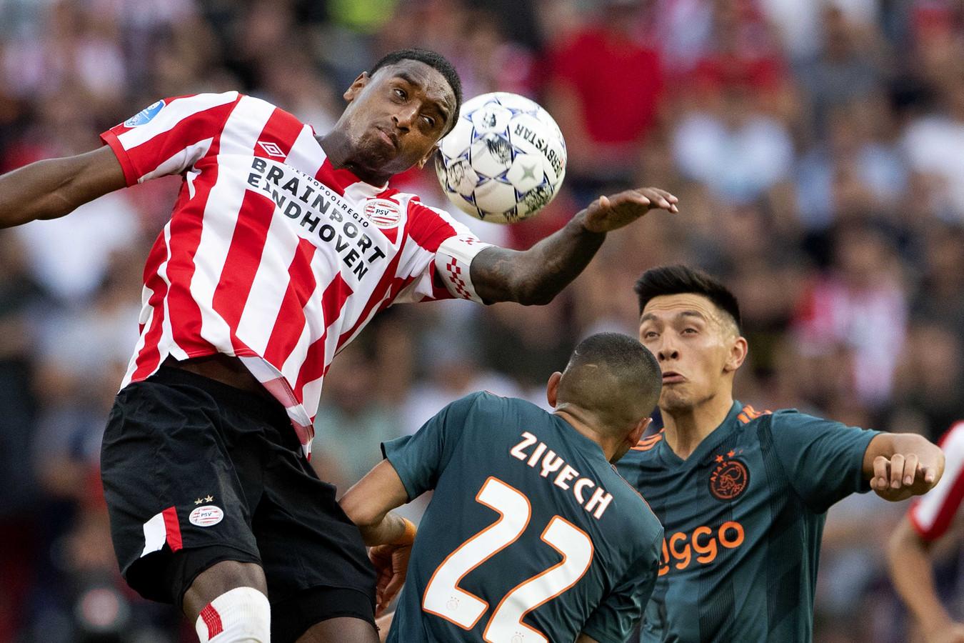 Pablo Rosario in duel met Hakim Ziyech en Lisandro Martinez van Ajax, vorig jaar tijdens PSV-Ajax.