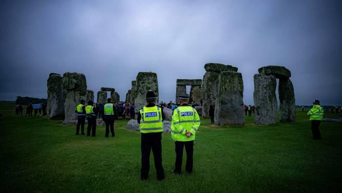 Tientallen mensen dagen ondanks oproep tóch op en verstoren livestream zonnewende Stonehenge voor duizenden kijkers