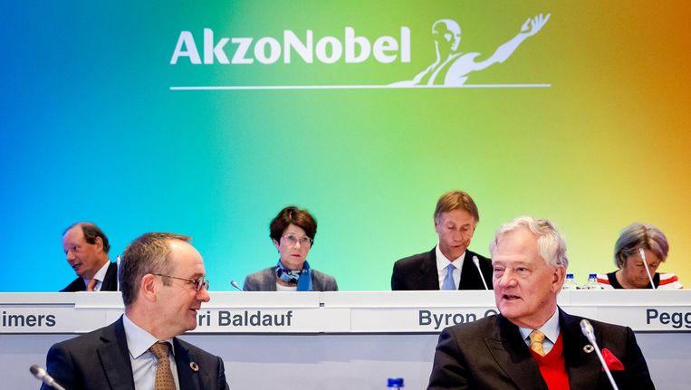 Sven Dumoulin en Antony Burgmans (r), voorzitter van de Raad van Commissarissen, tijdens een Buitengewone Algemene Vergadering van Aandeelhouders (BAVA) van AkzoNobel in Hilton Amsterdam Hotel. Beeld anp