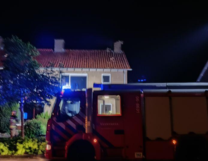 De brandweer bij het huis in Doetinchem waar de bliksem was ingeslagen.