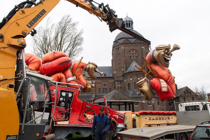De optocht in Raamsdonk is op het laatste moment afgelast vanwege de harde wind. De wagen van Spuit 11 wordt op het Kerkplein afgebroken zodat ze terug naar hun bouwplaats kunnen rijden.