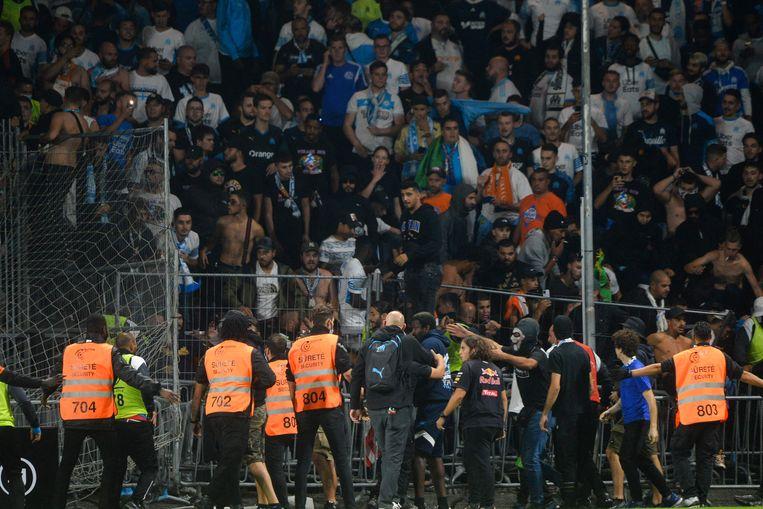 Supporters pogen het veld op te komen na de wedstrijd tussen Angers en Olympique Marseille woensdagavond.  Beeld AFP