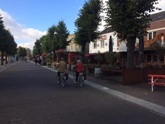 Deze weg wordt versmald zodat de horeca-zaken rechts hun terras met drie meter kunnen verbreden. De terrasuitbreiding rondom de Udense Markt moet volgend voorjaar klaar zijn.