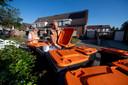 Voorlopers controleren PMD-containers in Nijverdal en delen waar nodig waarschuwingen uit, als er andersoortig afval in de bakken zit.