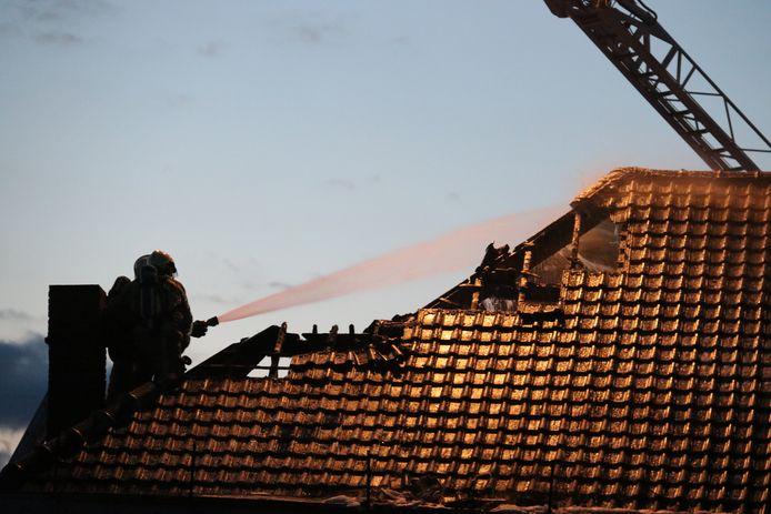 De brand veroorzaakte heel wat schade aan de woning.