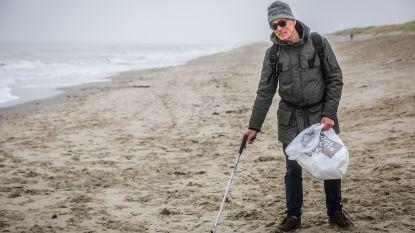 Walter (63) wandelt elke dag 10 kilometer en raapt onderweg alles op wat niet thuishoort op het strand