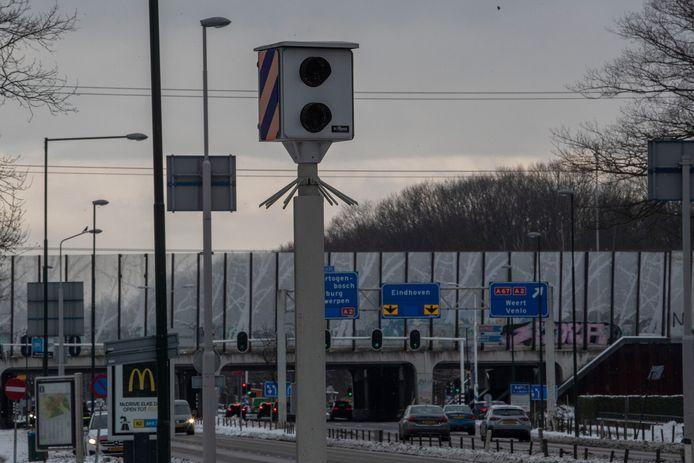 Twee flitspalen op de Eindhovenseweg (N69) in Waalre hebben vorig jaar een kleine 35.000 hardrijders betrapt.