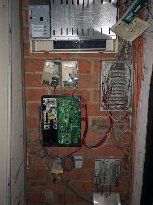 De inbrekers knipten de draden van de telefooncentrale van de AD Delhaize in Boortmeerbeek door om zo binnen te geraken. Het alarm ging echter toch af.