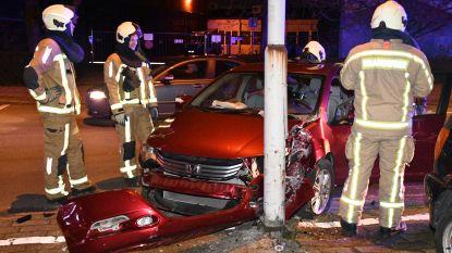 Auto knalt tegen verlichtingspaal: vrouw gewond naar ziekenhuis