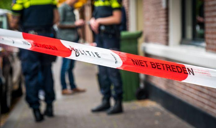 De politie doet onderzoek bij een misdrijf.