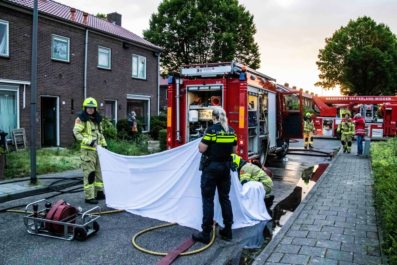 Aan de Dr. Kuyperstraat in Dieren heeft zaterdagmorgen een flinke woningbrand gewoed. Vier honden overleden door de brand.