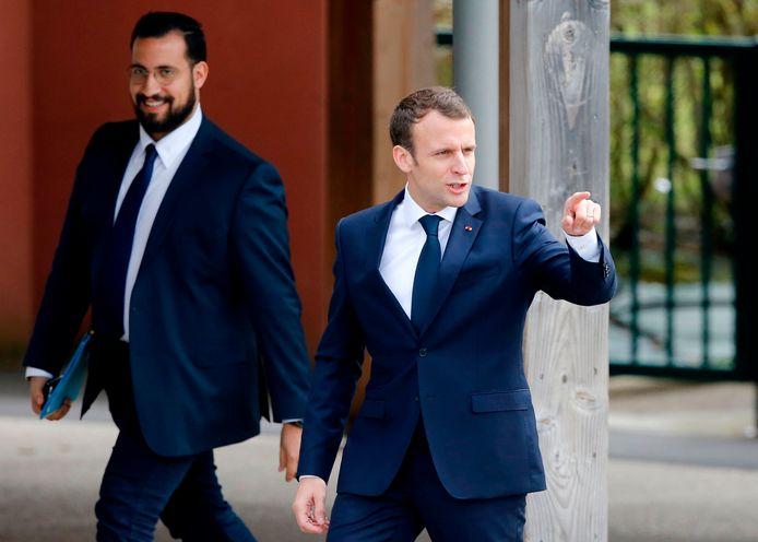 Alexandre Benalla (L), de ex-veiligheidsmedewerker van de Franse president Emmanuel Macron (R).