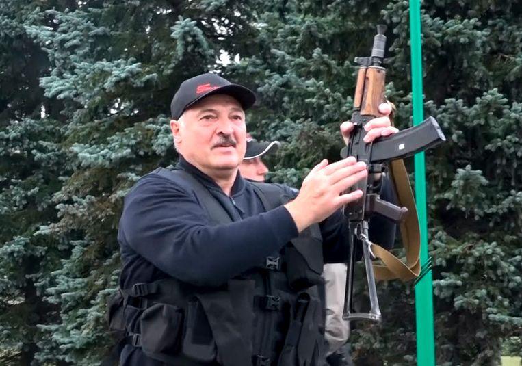 Alexander Loekasjenko met een Kalasjnikov. Beeld AP