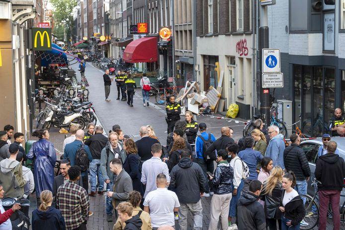 Veel volk verzamelde op de plek van de aanslag gisteren.