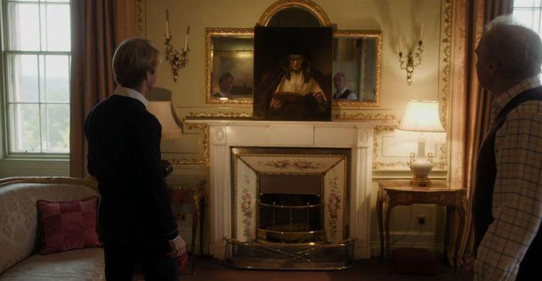 Rijksmuseum-directeur Taco Dibbits (links) en de hertog van Buccleuch en Queensberry kijken naar Rembrandts Lezende oude vrouw in Mijn Rembrandt. Beeld Filmbeeld