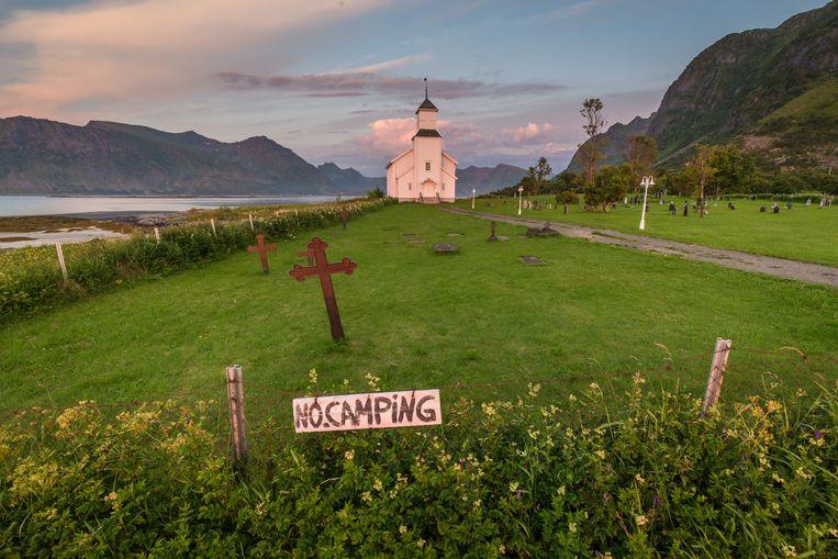 Bij vrijwel iedere kerk en begraafplaats staan nu verbodsborden tegen kampeerders. Dat helpt niet altijd. Beeld Eric Fokke