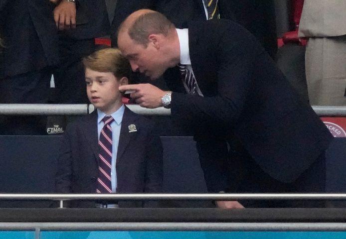 Prins George en zijn vader Prins William tijdens een voetbalwedstrijd op het afgelopen EK Voetbal in 2020.