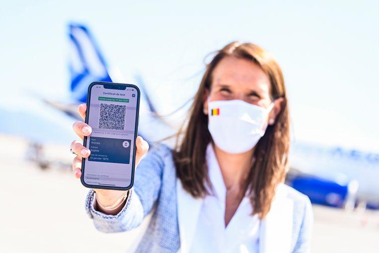 Minister van Buitenlandse Zaken Sophie Wilmès toont de Belgische app van het Europese coronacertificaat op haar smartphone. Beeld BELGA
