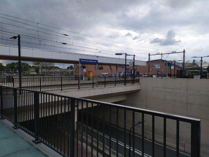 Een 22-jarige vrouw mishandelde zondagavond een minderjarige jongen nabij station Colmschate.