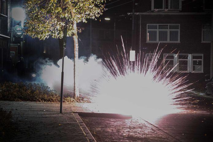 Politie heeft de laatste tijd de handen vol aan groepen jongeren die in de Arnhemse wijk Geitenkamp en op Urk zwaar en illegaal vuurwerk afsteken.