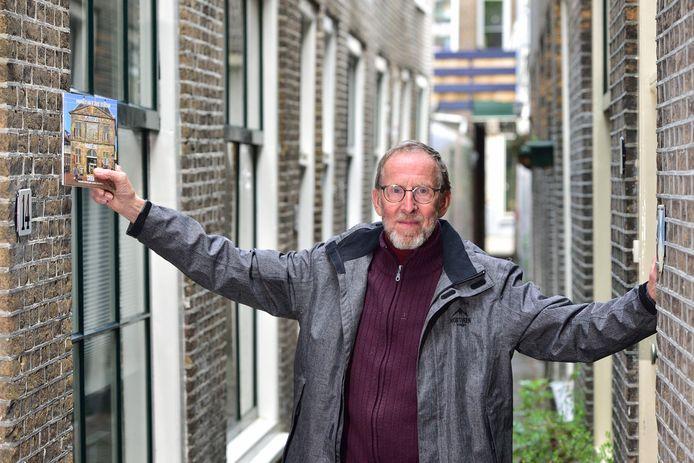 Hans van de Water in een van de smalste steegjes van de binnenstad van Gouda: de Looierspoort.