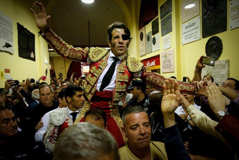 Op de schouders van zijn fans verlaat Padilla de arena.  Beeld NurPhoto via Getty Images