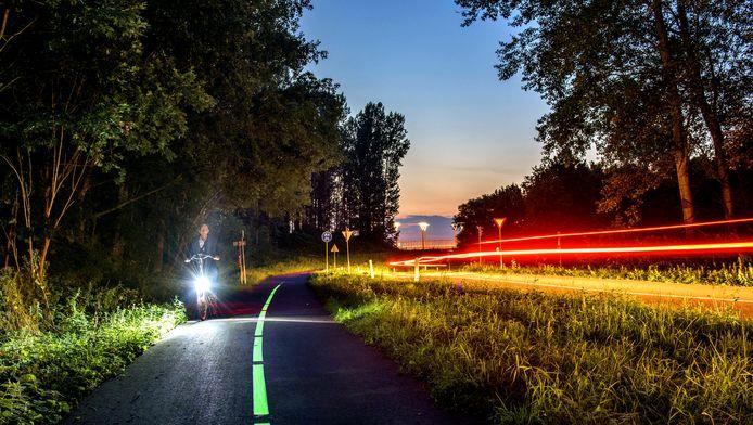 Een spectaculair gezicht: delen van het fietspad in het Westerpark lichten op dankzij een bijzondere verfsoort. Het project is het eerste van zijn soort in de Randstad.