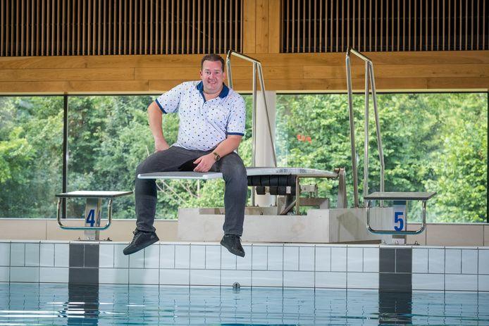 Stef Ekkel, vorig jaar zomer, toen corona de wereld nog niet in zijn greep hield. Hij bracht toen een ode aan de badjuffrouw uit met het liedje Hey Badjuffrouw.