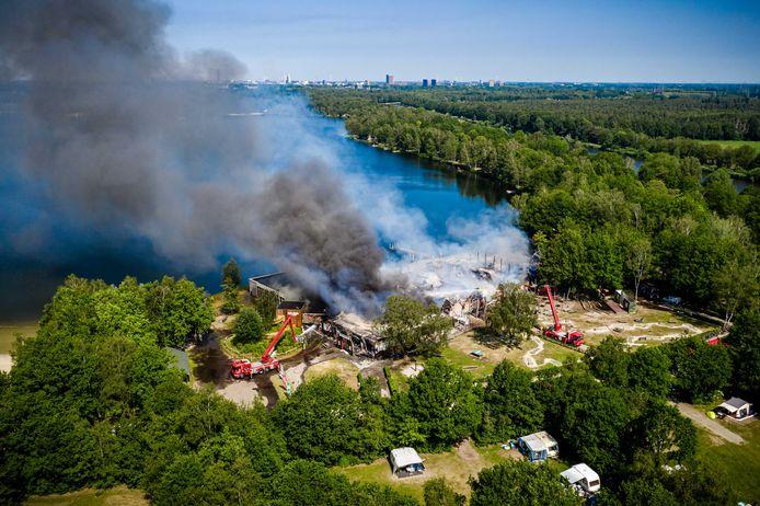 Dronefoto's laten duidelijk zien dat het gebouw als verloren mag beschouwd. (3/3)