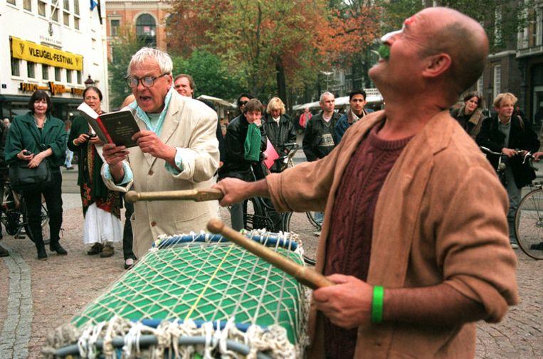 Betere tijden herleven rond het Amsterdamse Lieverdje als anti-rookmagier Robert Jasper Grootveld leest over het vergaan van de wereld. Rechts verleent deskundoloog van weleer, kunstenaar Theo Kley zijn medewerking aan de happening in 1996. Foto ANP Beeld
