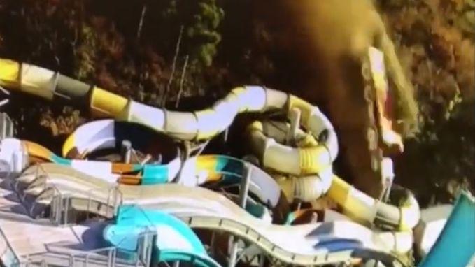 VIDEO. Op hol geslagen vuilniskar dondert van berg op waterpretpark