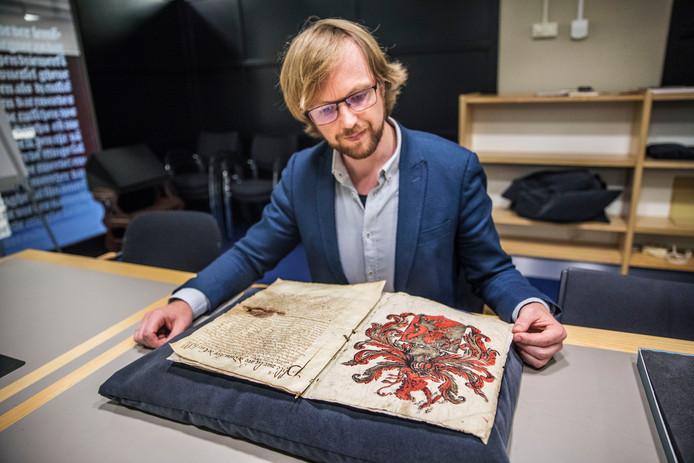 Conservator dr. Jeroen Vandommele met het historisch document uit 1590.
