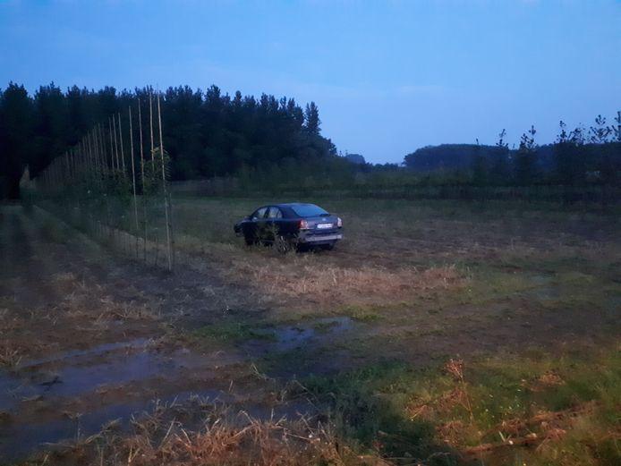 De wagen kwam tot stilstand in een veld.