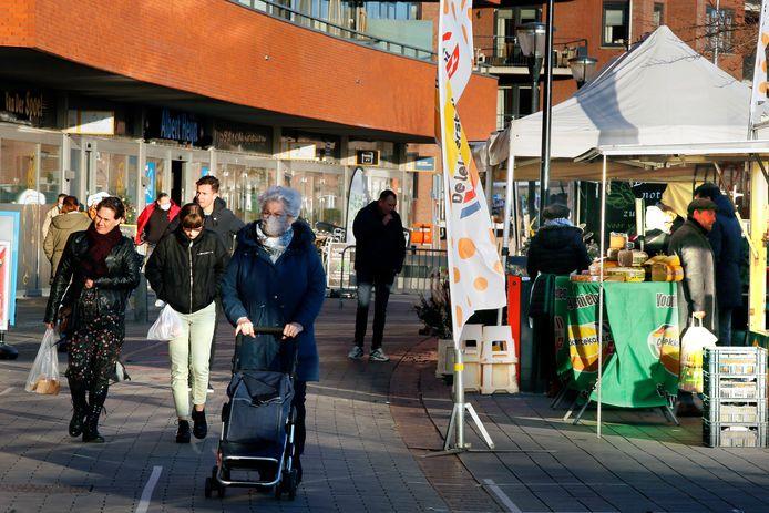 Behalve De Schoof kent Ambacht sinds de uitbreiding met De Volgerlanden ook een winkelcentrum aan de Perengaarde: Hoog Ambacht met onder meer supermarkten en speciaalzaken.