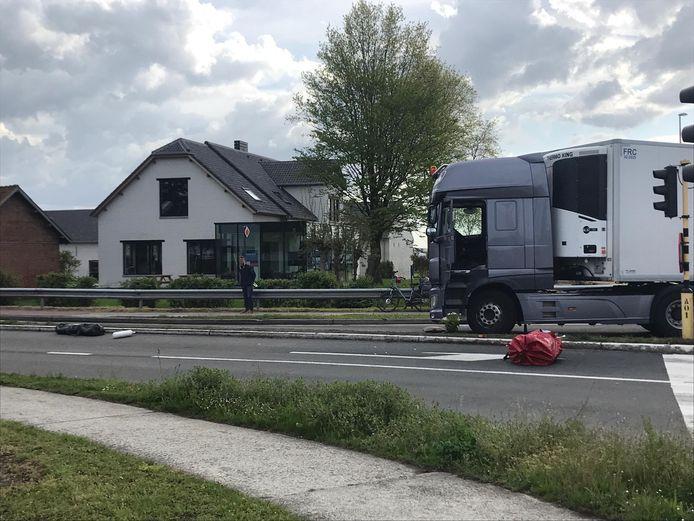 De vrouw werd met haar fiets aangereden door de vrachtwagen aan het kruispunt.