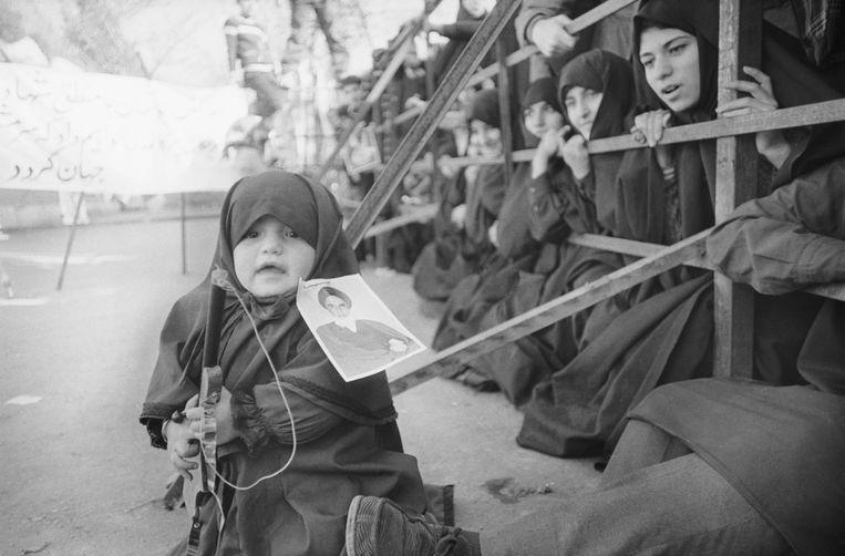 1979: Een Iraans meisje protesteert met een speelgoedgeweer bij de Amerikaanse ambassade in Teheran. Beeld Bettmann Archive