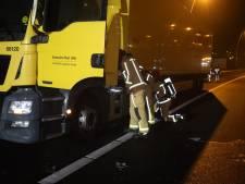 Dashboard in cabine vrachtwagen vat vlam op A50 bij Best