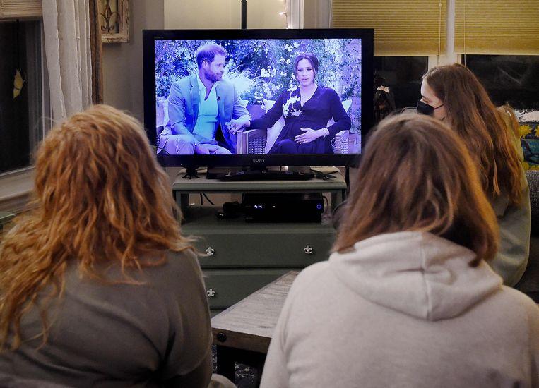 Kijken naar het interview van prins Harry en Meghan Markle bij Oprah Winfrey. Beeld AFP