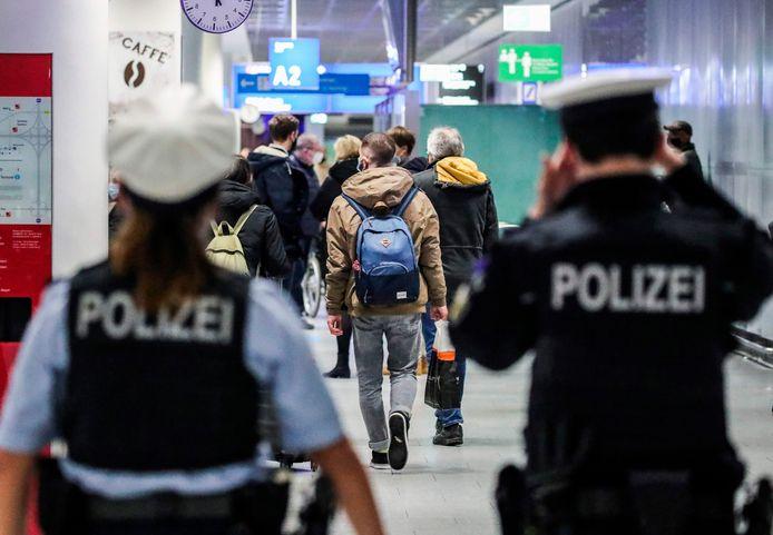 Politieagenten eind vorig jaar op het vliegveld van Frankfurt am Main.