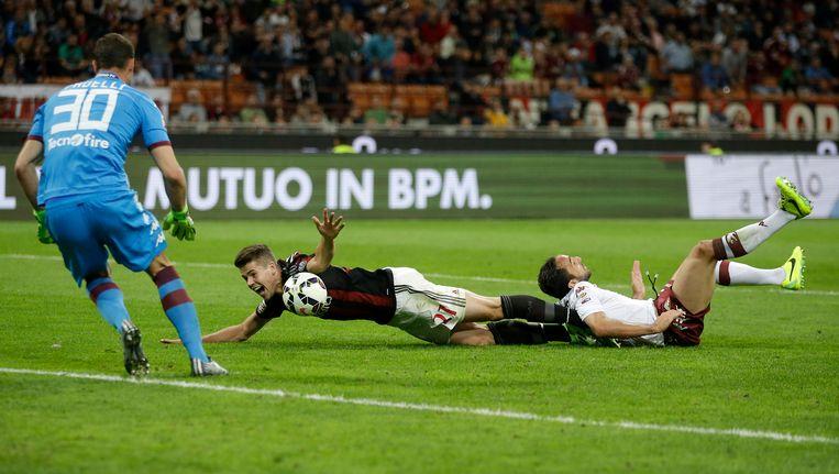 Cristian Molinaro legt Van Ginkel neer. Giampaolo Pazzini benut daarna de penalty voor Milan. Beeld ap
